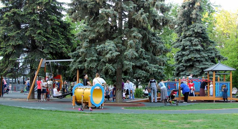 Сказочные деревья на детской площадке