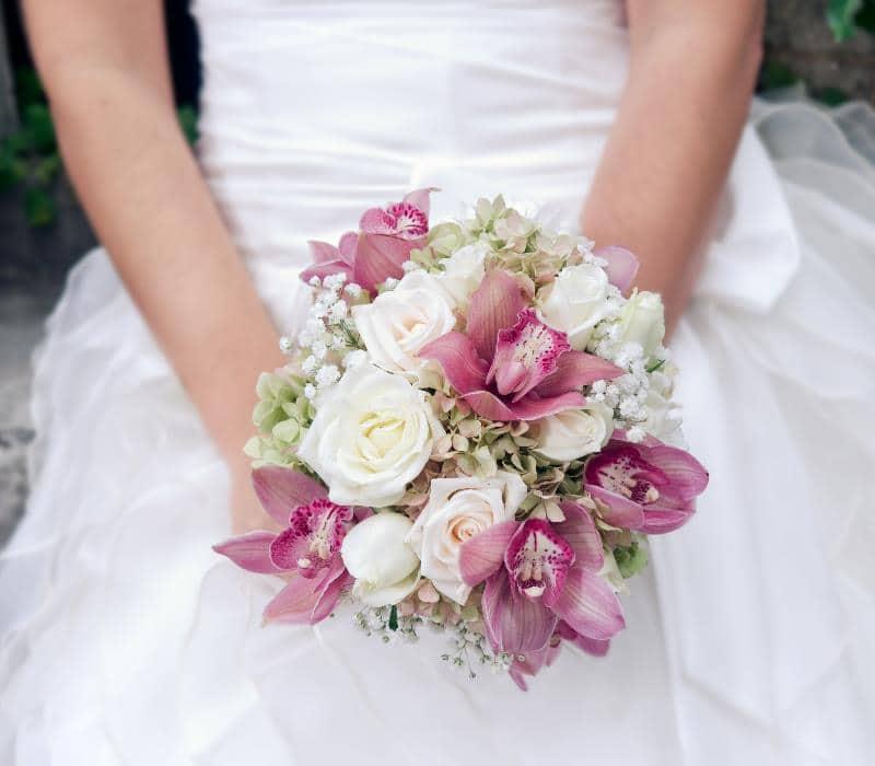Невеста со свадебным букетом