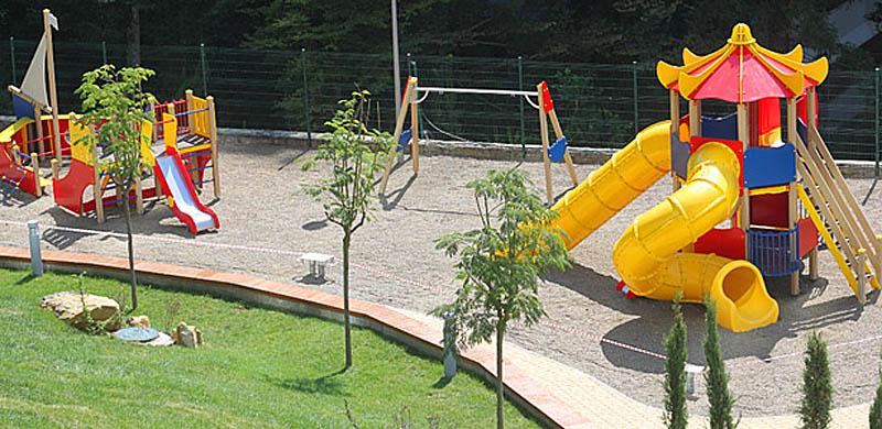 Деревья на детской площадке